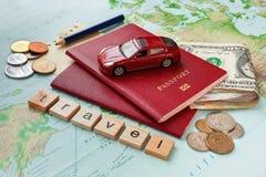 Reisachtergrond met paspoort, geld, kaart en nota's Stock Foto