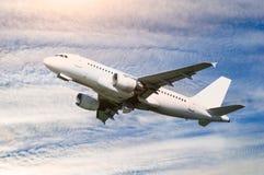 Reisachtergrond met vliegtuig in de vlucht Stock Foto
