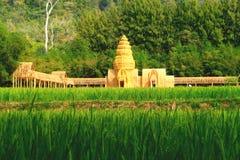 Reisbauernhof in Thailand mit thailändischer Kunst Stockfotografie