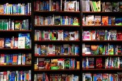 Reisboeken op boekhandelplanken Stock Foto's