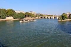 Reisboot dichtbij Pont Neuf en Ile DE La Cite in Parijs, Frankrijk Stock Fotografie