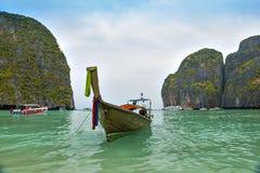 Reisboot en bewolkte hemel Stock Afbeeldingen