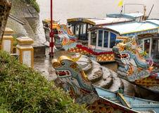Reisboten met draakhoofden, Hue Vietnam royalty-vrije stock fotografie