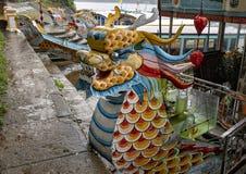 Reisboten met draakhoofden, Hue Vietnam royalty-vrije stock afbeeldingen