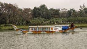Reisboten met draakhoofden, Hue Vietnam royalty-vrije stock afbeelding