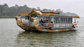 Reisboten met draakhoofden, Hue Vietnam stock foto