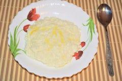 Reisbrei auf einer Platte mit Butter lizenzfreies stockbild