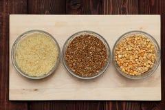Reisbuchweizenerbsen sind auf dem Brett Stockfoto