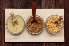 Reisbuchweizenerbsen sind auf dem Brett Stockfotos