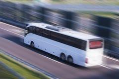 Reisbus die, motieonduidelijk beeld lopen Royalty-vrije Stock Afbeelding
