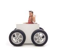 Reisconcept met meisje en doos op wielen royalty-vrije stock afbeeldingen