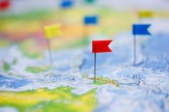 Reisconcept met vlagpunaisen en wereldkaart stock foto's