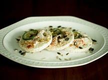 Reiscracker mit Huhn, Gurke, Kräutern und Samen Stockfotografie