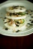 Reiscracker mit Huhn, Gurke, Kräutern und Samen Lizenzfreies Stockfoto