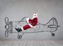 Reise älteren Mannes Santa Clauss auf dem Luftweg lizenzfreie stockbilder
