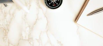 Reise acessories auf Luxusmarmoroberfläche Lizenzfreie Stockfotos