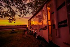 Reise-Anhänger-kampierende Stelle lizenzfreies stockbild