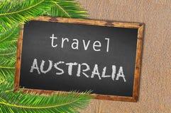 Reise-Australien-Palmen und Tafel auf sandigem Strand Lizenzfreies Stockfoto