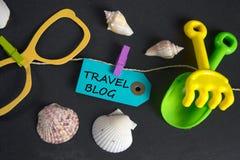 Reise-Blogaufschrift geschrieben auf Papiertag Lizenzfreie Stockfotografie