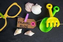 Reise-Blogaufschrift geschrieben auf Papiertag Stockfoto