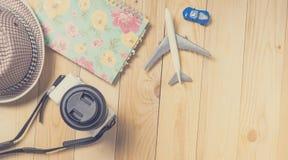 Reise Blogger-Schreibensmaterialien auf Holztisch Lizenzfreies Stockfoto