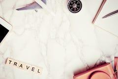 Reise Blogger-Verfasserzubehör auf weißem Luxusmarmor Stockbild
