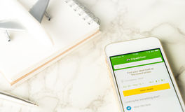 Reise Blogger verwendet Tripadvisor auf Smartphone, um seine Reise zu planen Stockfotos