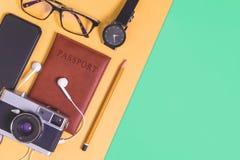 Reise Bloggerzusätze auf Gelbgrünkopienraum lizenzfreie stockfotografie