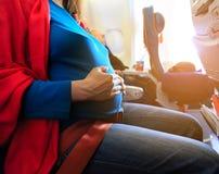 Reise der schwangeren Frau mit dem Flugzeug lizenzfreies stockfoto