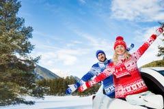 Reise des glücklichen Paars mit dem Auto im Winter Stockfotos