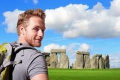 Reise des jungen Mannes im stonehenge stockfoto