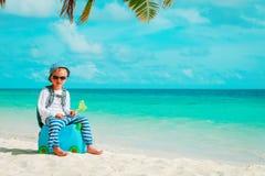 Reise des kleinen Jungen auf tropischem Strand stockfotografie