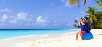 Reise des kleinen Jungen auf tropischem Strand des Sommers stockbilder