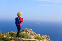 Reise des kleinen Jungen in den Bergen lizenzfreie stockbilder