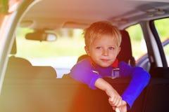 Reise des kleinen Jungen mit dem Auto, Familientourismus Stockbild