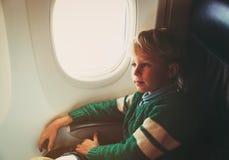 Reise des kleinen Jungen mit dem Flugzeug Lizenzfreies Stockbild