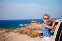 Reise des kleinen Mädchens im Urlaub mit dem Auto mit schöner Ansicht Stockbild