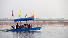 Reise des touristischen Bootes für sehen rosa Lotos Lizenzfreies Stockbild