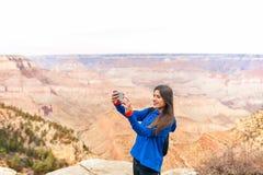 Reise, die Frau bei Grand Canyon wandert Lizenzfreie Stockbilder