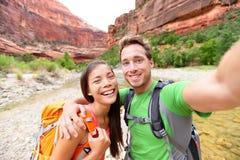 Reise, die selfie durch glückliches Paar auf Wanderung wandert lizenzfreie stockfotografie