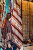 Reise in die Türkei Frau sehen auf traditionellem türkischem Gewebe stockfoto