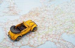 Reise durch Auto. Ein Spielzeugauto auf der Karte Lizenzfreie Stockfotografie