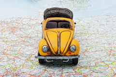 Reise durch Auto. Ein Spielzeugauto auf der Karte Stockfotos
