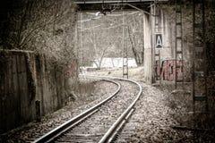 Reise durch leere Bahngleise stockbild