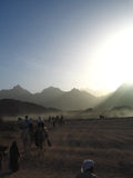 Reise durch Wüste in der merkwürdigen Leuchte lizenzfreies stockbild