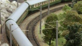Reise eines Personenzugs mit Wagen stock video footage