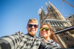 Reise, Feiertage und Leutekonzept - glückliches Paar, das selfie Foto vor dem Sagrada Familia in Barcelona macht stockbilder