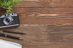 Reise, Ferienkonzept Kamera und Versorgungen auf hölzerner Schreibtischtabelle des Büros Draufsicht mit Kopienraum für Text Stockfotos