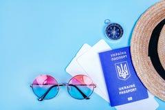 Reise flatlay mit Pass stockfotos