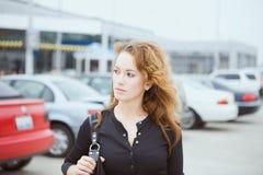 Reise: Frau am Flughafen-Parkplatz Stockfotos